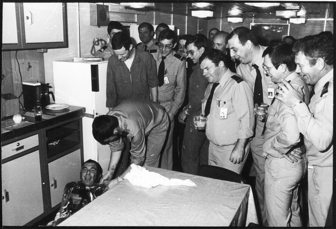[ Les traditions dans la Marine ] Le bizutage dans La Marine Img91