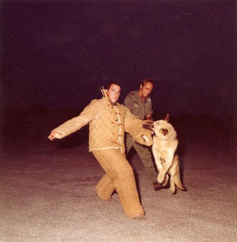 [ FUSILIERS MARINS ] Et les maitres de chiens. Levant10